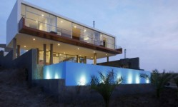 egimli-bir-sahilden-modern-bir-plaj-malikanesi-1